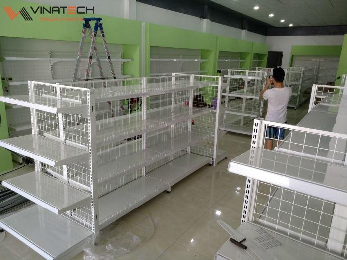 Lắp đặt giá kệ bán hàng cho siêu thị mini của anh Dũng tại Hưng Yên