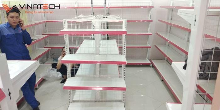 Lắp đặt giá kệ bán hàng cho cửa hàng tự chọn của chị Nga tại Tây Sơn