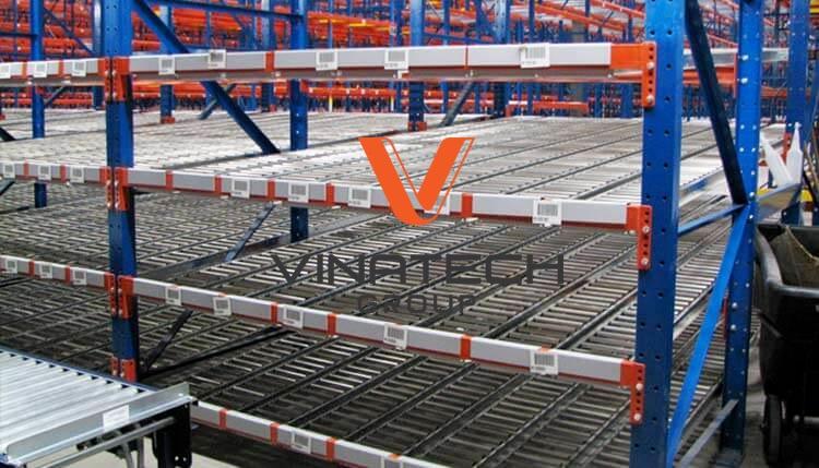 Kệ con lăn có hệ thống suất nhập tiện lợi khi phải lưu trữ hàng hóa cần độ bảo đảm cao