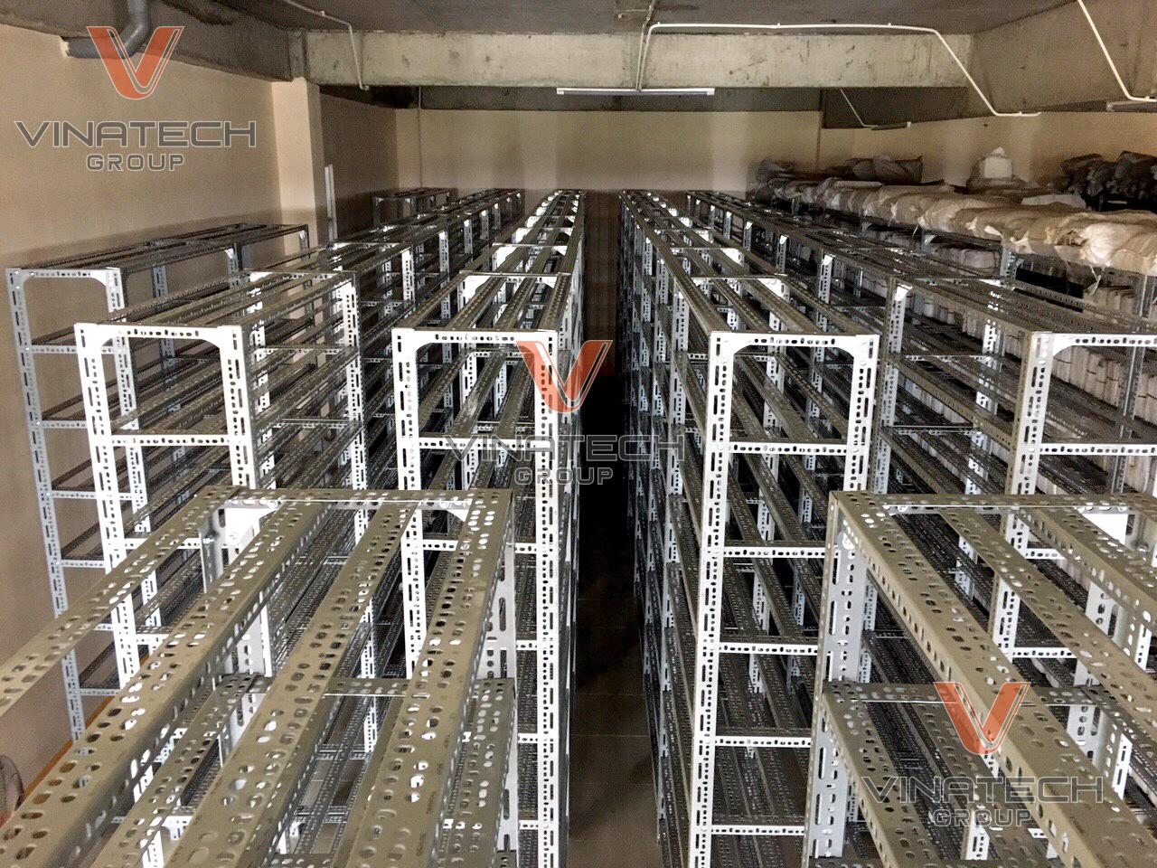 Kệ sắt v lỗ giá rẻ Vinatech sản xuất