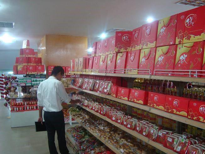 Kệ bán hàng bày trí bánh kẹo cho mùa Trung thu