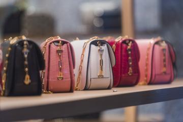 Top 10 kệ để túi xách đẹp nhất cho shop cửa hàng