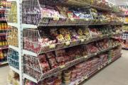 Các sản phẩm nào được trưng bày trên kệ siêu thị?