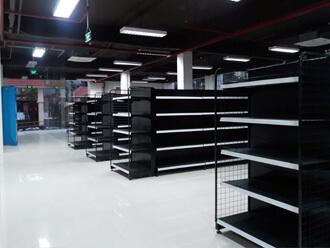 kệ siêu thị màu đen giúp không gian sang trọng hơn khi kết hợp với hàng hóa trên kệ.